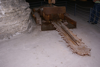 Undercutting machine used in bottom of walls