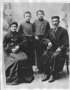 The Kaston/Kastonowicz Family c. 1910 in Pinsk, Belarus