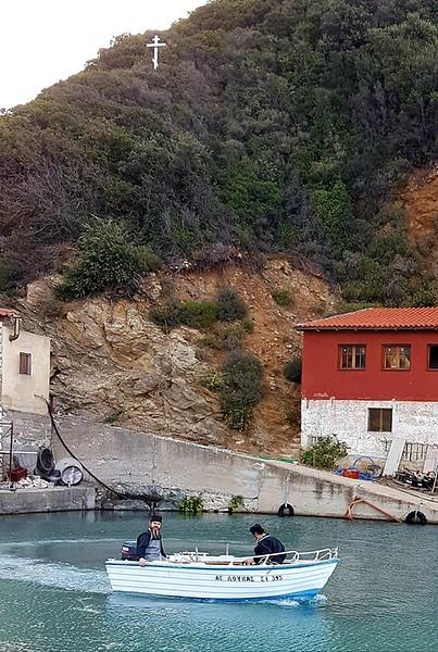 Αλιευτικά σκάψη στην κατάληψη της Μονής Εσφιγμένου