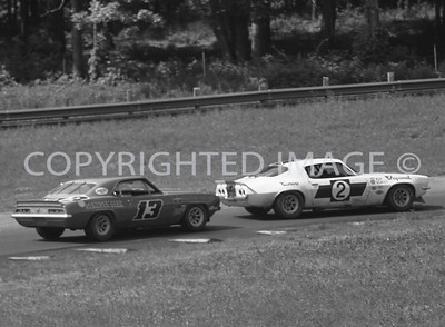 Mid Ohio, Ed Leslie leads Warren Agor thru a turn, 1970