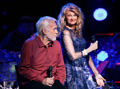 Linda Davis joins Kenny Rogers live at The Fox Theatre in  Detroit on 12-8-16.  Photo credit: Ken Settle