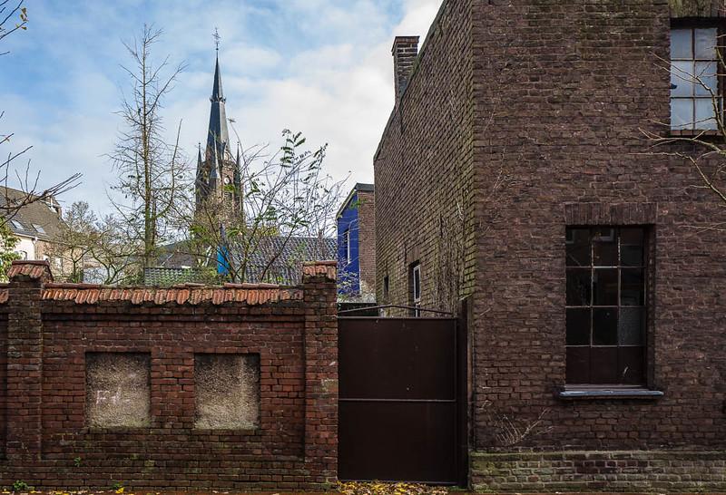 Gartenmauer und blaue Wand