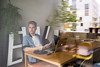 Ein Bewohner des Hunziker-Areals am Computer; Un habitant du site Hunziker avec son ordinateur; Un abitante nell'area di Hunziker con il suo computer