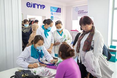 """2020 оны аравдугаар сарын 29.   Улсын хоёрдугаар төв эмнэлэгт """"Тархины харвалттай тэмцэх дэлхийн өдөр""""-ийг тохиолдуулан """"Харвалтын эрсдлийг үнэлэх нь"""" өдөрлөг боллоо.  ГЭРЭЛ ЗУРГИЙГ Б.БЯМБА-ОЧИР/MPA"""