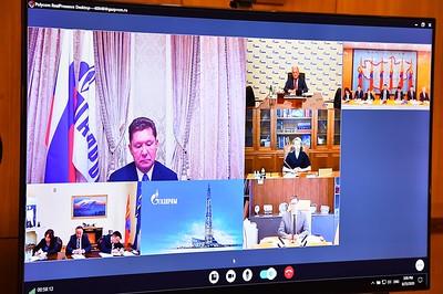 """2020 оны наймдугаар сарын 25. ОХУ-аас БНХАУ-руу Монгол Улсын нутаг дэвсгэрээр дамжуулан байгалийн хийн хоолой барих төслийг хэрэгжүүлэх хүрээнд төслийн ТЭЗҮ боловсруулах Монгол, Оросын хамтарсан тусгай зориулалтын компанийг байгуулах баримт бичгийг үзэглэв. Баримт бичигт Монгол Улсын Засгийн газрыг төлөөлж Монгол Улсын Шадар сайд Я.Содбаатар, ОХУ-ын Засгийн газрыг төлөөлж  """"Газпром"""" НХН-ийн Удирдах зөвлөлийн дарга А.Б.Миллер нар өнөөдөр/2020.08.25/ 15:00 цагт гарын үсэг зурлаа.     Ингэснээр ОХУ-аас БНХАУ-д жилдээ 50 тэрбум шоо метр байгалийн хий дамжуулах """"Сибирийн хүч-2"""" хий хоолой Монгол Улсын нутаг дэвсгэрт баригдах төслийн ажил бодит биелэлээ олоход нэг шат ахилаа хэмээн хуралдаанд оролцогч талууд онцлон тэмдэглэж, харилцан баяр хүргэлээ.    Хурлаар хоёр талын хамтарсан төлөвлөгөөний биелэлтийг дүгнэн хэлэлцэж, цаашид талуудын авах арга хэмжээ, үйл ажиллагааны чиглэлийг тохиролцлоо. Мөн ирэх долоо хоногт """"Газпром"""" НХН болон """"Эрдэнэс Монгол"""" ХХК хооронд нууцлалын гэрээг байгуулахаар болов.  Гарын үсэг зурах ёслолын цахим хуралд Оросын талын хүсэлтээр Монгол Улсын Ерөнхий сайд У.Хүрэлсүх оролцож амжилт хүсэж, үг хэлэв.  Тэрбээр,  Энэхүү төслийг хэрэгжүүлэх боломжийг хамтран судлах талаар харилцан ойлголцлын """"Санамж бичиг""""-т гарын үсэг зурсан нь миний ОХУ-д 2019 оны 12 дугаар сард хийсэн албан ёсны айлчлалын чухал үр дүнгийн нэг болсон юм.  Хэрэв Монгол Улсын нутаг дэвсгэрээр дамжуулан байгалийн хийн хоолой барих төслийг амжилттай хэрэгжүүлвэл энэ нь Монгол Улс болон Оросын Холбооны Улс хооронд тогтоосон иж бүрэн стратегийн түншлэлийг шинэ агуулгаар баяжуулж, хоёр талын хамтын ажиллагааг шинэ шатанд гаргах юм. Иймд манай Засгийн газар энэ төслийг онцгой анхаарч, холбогдох дэмжлэг, туслалцаа үзүүлж ажиллана.  Бид 2021 онд Монгол, Оросын хооронд дипломат харилцаа тогтоосны 100 жилийн ойг өргөн хүрээтэй тэмдэглэхээр төлөвлөж байна. Энэхүү түүхэн ойг уг төслийн хэрэгжилтийг эхлүүлсэн байдлаар тэмдэглэхийг та бүхэнд санал болгож байна… гэв.  Уг төслийг хэрэгжүүлэх ажлы"""