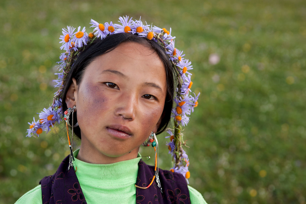 A young girl, Lhagang (Tagong) grasslands, Kham (Sichuan). Goodbye.