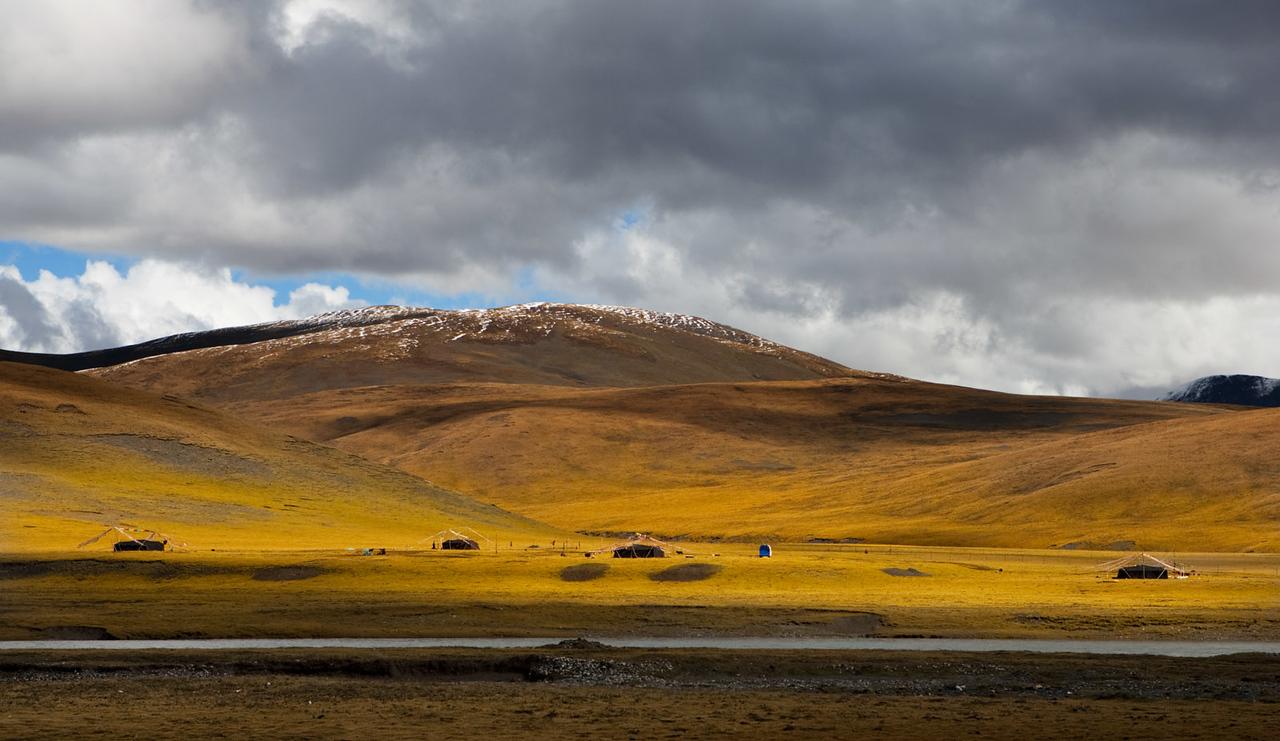 Nomad camp, Domda (Qingshuihe), 4415m above sea level. Amdo/Kham (Qinghai)