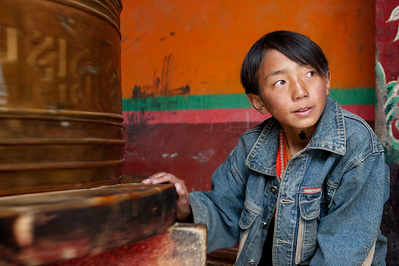 Boy with prayer wheel. Sengze Gyanak Mani. Jyekundo (Yushu), Kham (Qinghai)