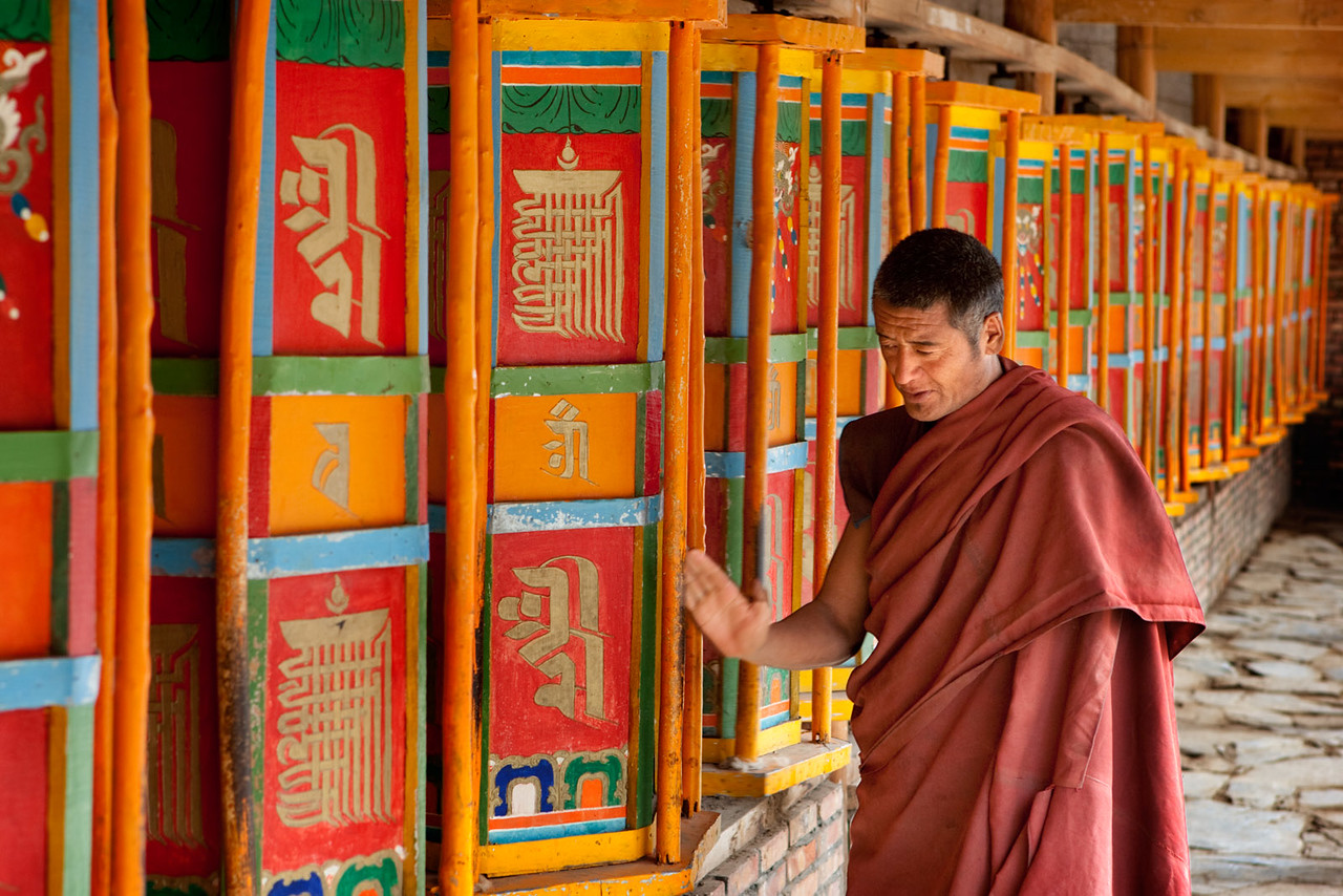 Turning the prayer wheels. Drakar Tredzong Monastery, Xinghai, Amdo (Qinghai)