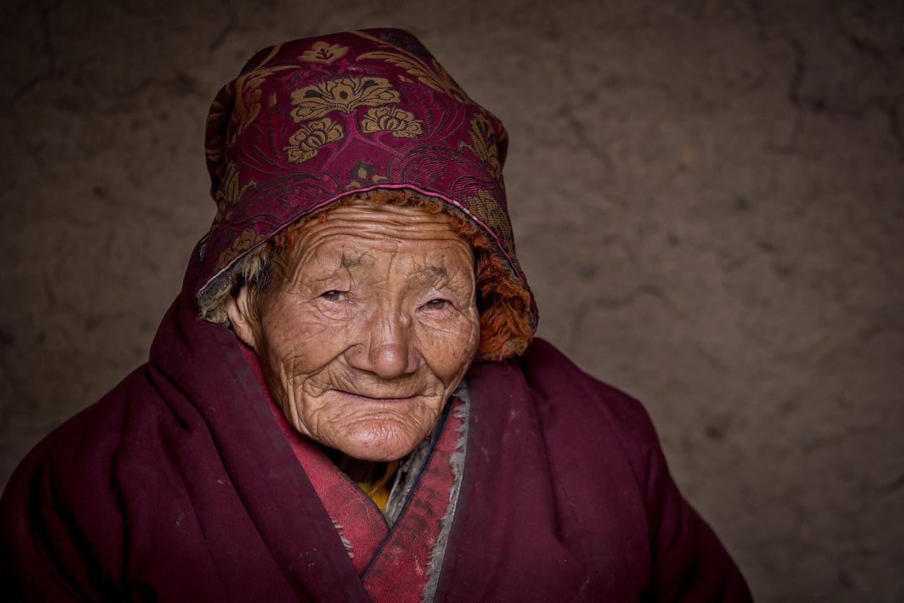 Old nun, Ninlong Gompa