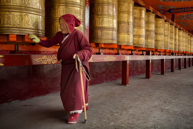 Turning the prayer weels, Yarchen Monastery