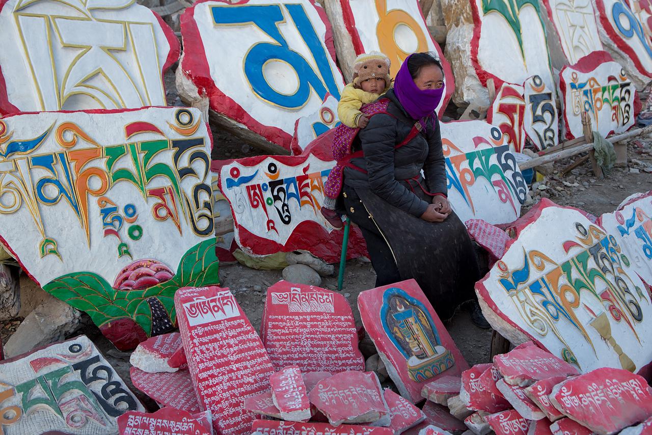 Selling mani stones. Sengze Gyanak Mani, Jiegu (Yushu)