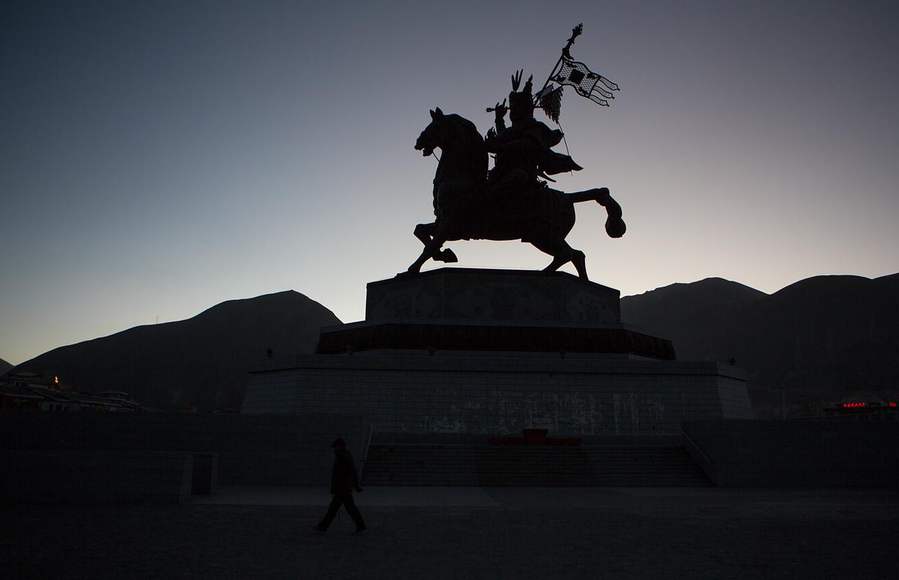 King Gesar statue, Jiegu (Yushu)