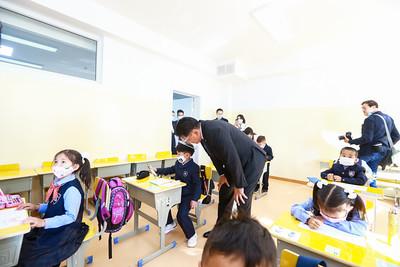 2020 оны Есдүгээр сарын 1. 2020-2021 оны хичээлийн жилд 83,200 хүүхэд нэгдүгээр ангид элсэн орлоо. Өөрөөр хэлбэл, өнгөрсөн оныхоос 2.4 дахин олон хүүхэд энэ онд сургуулийн босго алхаж байна.  Сургуулийн өмнөх болон ерөнхий боловсролын сургуулийн зарим тоон мэдээллийг Үндэсний статистикийн хорооноос гаргажээ. Сургуулийн өмнөх боловсрол:  2019-2020 оны хичээлийн жилд 1,439 цэцэрлэг үйл ажиллагаа явуулсан бөгөөд   2 настай 49,251 3-5 настай 205,045 хүүхэд хамрагсан байна. Цэцэрлэгийн үндсэн нэг багшид ногдох хүүхдийн тоо 2018 онд 30.6 байсан бол 2019 онд 32.6 болжээ. ГЭРЭЛ ЗУРГИЙГ Б.БЯМБА-ОЧИР/MPA