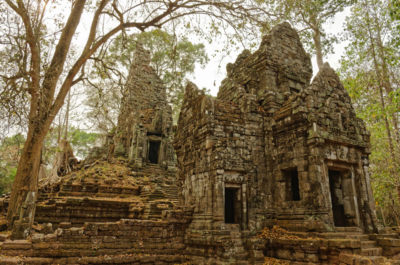Four entrance porches project from the main sanctuary structure at Preah Palilay.