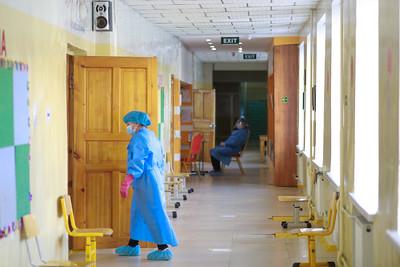 2021 оны тавдугаар сарын 03. Короанавирусийн эсрэг вакцины хоёр дахь тунг хийж байна. ГЭРЭЛ ЗУРГИЙГ Г.ӨНӨБОЛД/МРА