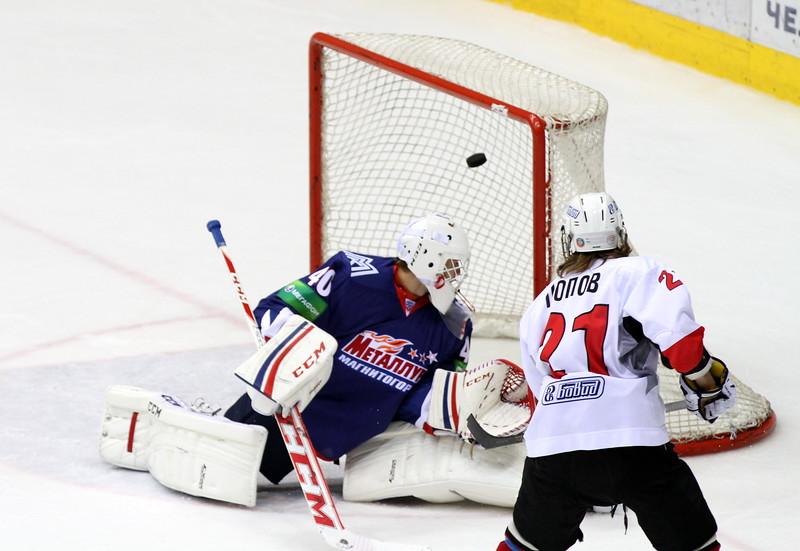 Платон Попов забрасывает первую шайбу в ворота Металлурга