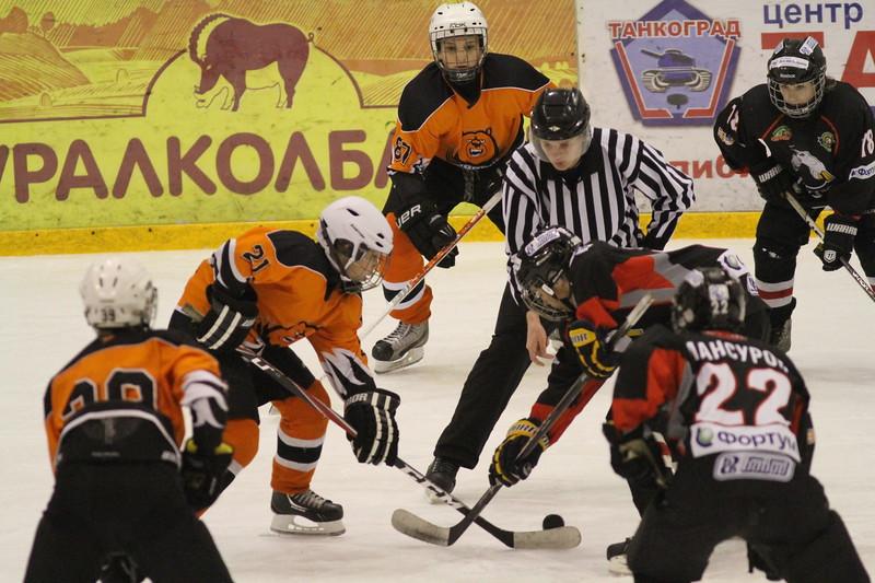 Команда Трактор 2000 года рождения обыграла пермский Молот в матче чемпионата России со счетом 6:4