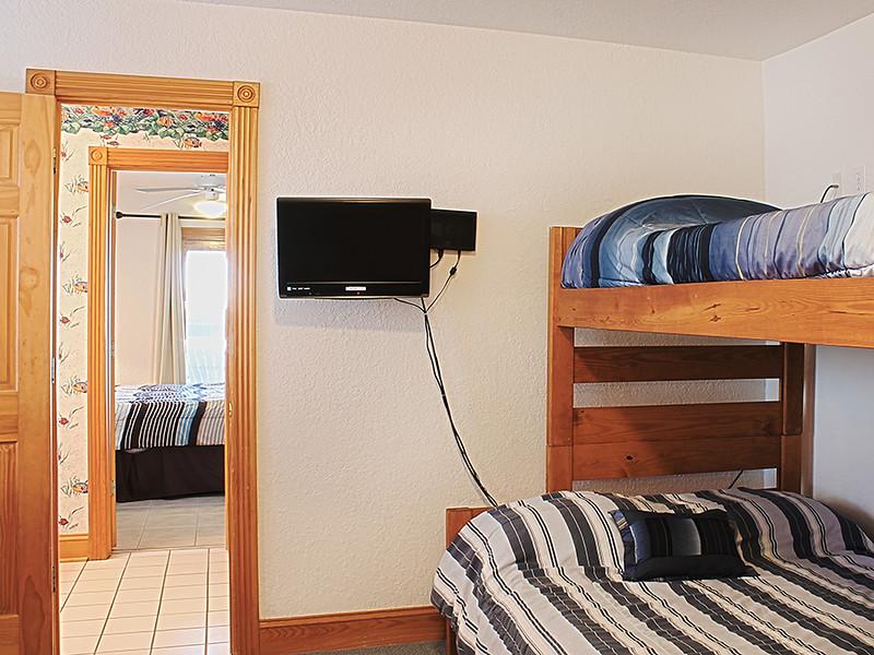 Ground-Level Pyramid Bunk Bedroom