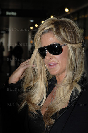 Kim Zolciak is a Diam's Girl, from The Real Housewives Of Atlanta serie in los Angeles airport with perfect hair and a lot of diams.