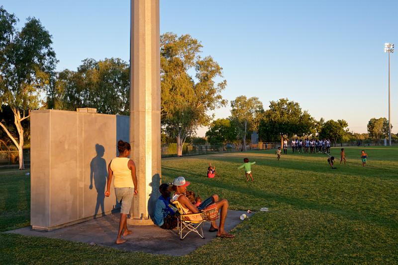 Spectateurs aborigènes assistant à un tournoi de footy (football australien) à Fitzroy Crossing. Kimberley/Australie Occidentale/Australie