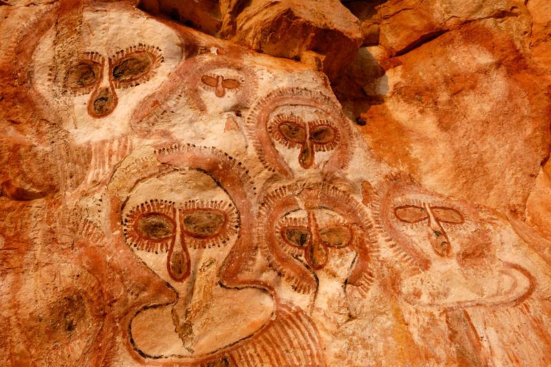 Têtes wandjinas peintes sur une paroi rocheuse du Gardner Plateau. Kimberley/Australie Occidentale/Australie
