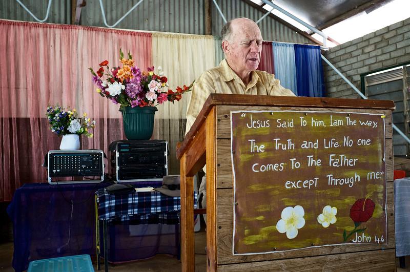 L'office du dimanche matin dans la Junjuwa People's Church à Fitzroy Crossing par le père Philip Smith. Kimberley/Australie Occidentale/Australie
