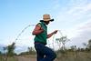 """Un jackaroo (cow-boy australien) réparant une clôture après le passage d'un troupeau au moment du mustering sur les terres de """"Meda Station"""". Kimberley/Australie Occidentale/Australie"""