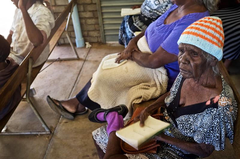 Une fidèle pendant l'office du dimanche matin dans la Junjuwa People's Church à Fitzroy Crossing. Kimberley/Australie Occidentale/Australie
