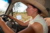 """Une jillaroo (cow-girl australienne) rejoignant un troupeau en déplacement pendant le mustering sur les terres de """"Meda Station"""". Kimberley/Australie Occidentale/Australie"""