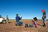 """Kevin Brockhurst et ses employés attendant l'arrivée d'un troupeau en déplacement pendant le mustering sur les terres de """"Larrawa Station"""". Kimberley/Australie Occidentale/Australie"""
