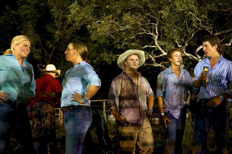 Jeunes jillaroos et jackaroos (cow-girls et cow-boys australiens) bavardant entre deux représentations du rodéo de Kununurra. Kimberley/Australie Occidentale/Australie