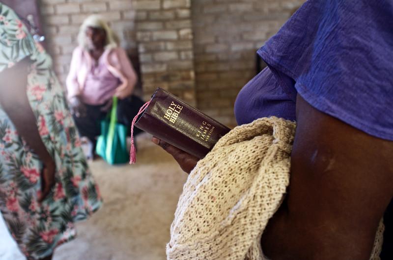 Bible dans les mains d'une fidèle à la sortie de la messe du dimanche matin dans la Junjuwa People's Church à Fitzroy Crossing. Kimberley/Australie Occidentale/Australie