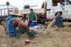 """Moment de pause pour trois jackaroos (cow-boys australiens) participant au déplacement d'un troupeau en période de mustering sur les terres de """"Meda Station"""". Kimberley/Australie Occidentale/Australie"""