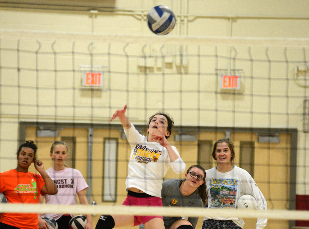 . Tania Barricklo-Daily Freeman  Grace Podgurski returns the ball during Thursday\'s practice.