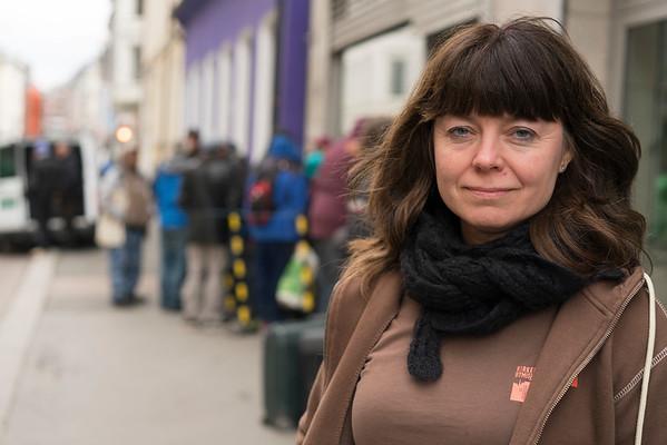 Kari Gran med kø foran møtestedet 15.04.15