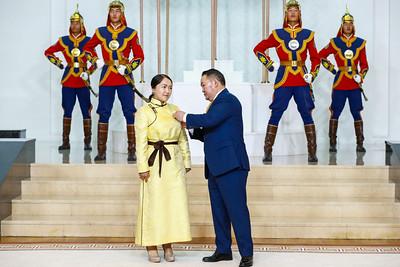 """2020 оны наймдугаар сарын 29. Монгол Улсын Ерөнхийлөгч Х.Баттулга """"Алдарт эхийн одон"""" гардууллаа.  ГЭРЭЛ ЗУРГИЙГ Б.БЯМБА-ОЧИР/MPA"""