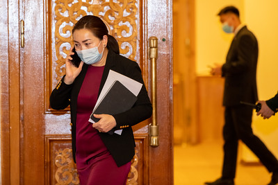 """2021 оны нэгдүгээр сарын 29. Ерөнхий сайд танхимын бүрэлдэхүүнээ танилцуулсны дараа шинээр томилогдсон Засгийн газрын гишүүд Улсын Их Хуралд тангараг өргөх ёслол боллоо. Монгол Улсын Үндсэн хуульд оруулсан нэмэлт, өөрчлөлтөөр """"Засгийн газрын гишүүн Улсын Их Хуралд тангараг өргөнө"""" гэж заасан. Энэ үндсэн дээр Улсын Их Хурлаас 2020 оны тавдугаар сарын 13-ны өдөр Монгол Улсын Засгийн газрын тухай хуульд нэмэлт оруулж баталсан. Уг зохицуулалтаар Засгийн газрын гишүүн нийт иргэн, улсын ашиг сонирхлыг эрхэмлэх, төрийн зүтгэлтний ёс зүйн хэм хэмжээг чанд сахих, төрийн болон албаны нууцыг хадгалах үүргийг хүлээн ажиллах юм. Засгийн газрын гишүүн холбогдох хууль, журмын дагуу """"Монгол Улсын Засгийн газрын гишүүн би улсынхаа ашиг сонирхлыг эрхэмлэн, төрт ёс, түүх, соёлынхоо уламжлалыг хүндэтгэж, Монгол Улсын Үндсэн хуулийг дээдлэн сахиж, авлига, ашиг сонирхлын зөрчлөөс ангид байж, төрийн хууль биелүүлэх ажлыг төр, ард түмэн, Монгол Улсын Ерөнхий сайдын өмнө биечлэн хариуцаж, Засгийн газрын гишүүний үүргээ чин шударгаар биелүүлэхээ тангараглая. Миний бие энэ тангаргаасаа няцвал хуулийн хариуцлага хүлээнэ."""" хэмээн Улсын Их Хуралд тангараг өргөдөг.                  Монгол Улсын Засгийн газрын бүрэлдэхүүний тухай хуульд заасан дарааллын дагуу шинээр томилогдож буй Засгийн газрын гишүүн бүр тангараг өргөж, Төрийн сүлдэнд мэхийн хүндэтгэл үзүүлэн адис авсан. Холбогдох журамд заасны дагуу дараа нь тусгайлан бэлтгэсэн ширээнд сууж тангаргийн бичигт гарын үсэг зурсан. Энэхүү тангаргийн бичгээ Улсын Их Хурлын даргад гардуулсных нь дараа Ерөнхий сайд Л.Оюун-Эрдэнэ Засгийн газрын гишүүний үнэмлэх, энгэрийн тэмдгийг гардууллаа. Засгийн газрын бүх гишүүд тангараг өргөсний дараа нь Монгол Улсын Төрийн дуулал эгшиглэв.              Тангараг өргөх ёслолын төгсгөлд Улсын Их Хурлын дарга Г.Занданшатар Засгийн газрын гишүүдэд хандаж үг хэлсэн. Тэрбээр гүйцэтгэх засаглалын дээд байгууллагын бүрэлдэхүүнд багтаж, сайдаар томилогдсон сайд нарт Улсын Их Хурлын гишүүд, нийт монгол түмнийхээ өмнөөс баяр"""