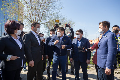 """2021 оны тавдугаар сарын 28.  Монгол Улсын Ерөнхий сайд Л.Оюун-Эрдэнэ, Нийслэлийн Засаг дарга бөгөөд Улаанбаатар хотын захирагч Д.Сумъяабазар нар Сонгинохайрхан дүүрэгт хийгдэж буй бүтээн байгуулалтын ажлын явцтай очиж танилцан, зарим асуудлыг газар дээр нь шийдвэрлэлээ.  Нийслэлийн хамгийн олон оршин суугчтай, шилжин суурьшигчид ихтэй, хүн амын 77 хувь нь гэр хороололд амьдардаг Сонгинохайрхан дүүргийн хувьд төвлөрлийг сааруулж, дэд бүтцийг хөгжүүлэн, орон сууцжуулах ажлыг эрчимтэй хийх зайлшгүй шаардлага үүсээд байгаа билээ. Иймд өмнө нь төлөвлөгдөж, одоо бүтээн байгуулалт эхлүүлсэн болон ирээдүйд гүйцэтгэх төслүүдийг Засгийн газраас Нийслэлийн Засаг даргын тамгын газарт дэмжлэг үзүүлж богино хугацаанд хэрэгжүүлнэ гэдгээ Ерөнхий сайд тодотгосон.    Энэ өдөр Баянхошуу дэд төв, орлогод нийцсэн Ногоон орон сууцны төслийн 9 дүгээр хороонд хийгдэж буй газар чөлөөлөлт, Их тойруугийн хурдны автозамын сүлжээ үүсгэх явц, дүүргийн Соёлын ордны барилгын гүйцэтгэл, Түрээслээд өмчлөх 126 айлын орон сууцны барилга угсралт, Толгойт дэд төвийн төсөл, Баянголын аманд орлогод нийцсэн орон сууцны хороолол байгуулах, Төв цэвэрлэх байгууламжийн барилгын гүйцэтгэл, СХД-ийн 18 дугаар хороонд Геологийн төв лабораторийн уулзварт баригдах нүхэн гарцын төлөвлөлтийн байдлыг тус тус шалгалаа.    Эдгээр гүйцэтгэлийн ажилтай танилцаад төсвийн хөрөнгө оруулалтаар он дамжин баригдаж буй дүүргийн Соёлын төвийг улсын хэмжээний статустай болгож, Соёлын яамны харьяанд авахаар Ерөнхий сайд шийдвэрлэлээ. Мөн Баянхошуу дэд төвд аль нэг төрийн байгууллагыг нүүлгэн байршуулах, тус дүүрэгт баригдах хоёр нүхэн гарцыг барих төсвийг Улсын төсөвт суулгах, нийслэлийг тойрсон хурдны замын маршрутыг эцэслэн гаргахаар тус тус шийдвэрлэлээ.     Улаанбаатар хотын гэр хорооллыг дахин төлөвлөж, эко хороолол бүхий орлогод нийцсэн ногоон орон сууц, нийгмийн дэд бүтцийг цогцоор нь шийдвэрлэх, агаар хөрсний бохирдлыг бууруулах зорилгын хүрээнд тус бүр нь 5 га талбайд, 20 эко хорооллыг зургаан дэд төв түшиглэн байгуулах """"У"""