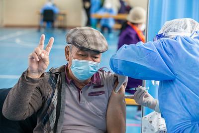 2021 оны тавдугаар сарын 8. Ерөнхий сайд Л.Оюун-Эрдэнэ коронавирусийн дархлаажуулалтын явцтай танилцлаа. ГЭРЭЛ ЗУРГИЙГ Б.БЯМБА-ОЧИР/MPA