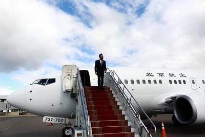 """2020 оны есдүгээр сарын 15. Монгол Улсын Гадаад харилцааны сайд Н.Энхтайваны урилгаар Бүгд Найрамдах Хятад Ард Улсын Төрийн зөвлөлийн гишүүн бөгөөд Гадаад хэргийн сайд Ван И-гийн Монгол Улсад хийж буй айлчлал өнөөдөр эхэллээ.  Хоёр талын албаны хүмүүс БНХАУ-ын Төрийн зөвлөлийн гишүүн бөгөөд Гадаад хэргийн сайд Ван И-г """"Буянт-Ухаа"""" олон улсын нисэх онгоцны буудалд угтав гэж Гадаад харилцааны яамнаас мэдээллээ.   БНХАУ-ын Гадаад хэргийн сайд Ван И-гийн айлчлалын үеэр Монгол Улсад 700 сая юанийн буцалтгүй тусламж олгох тухай Элчин сайд Цай Вэньруй """"Өдрийн сонин""""-д өгсөн ярилцлагадаа хэлсэн байв.  ГХЯ-наас өгсөн мэдээллээр хоёр улсын сайд нар ганцаарчилсан уулзалт хийж, хэлэлцээрүүд батлах юм байна. ГЭРЭЛ ЗУРГИЙГ MPA"""
