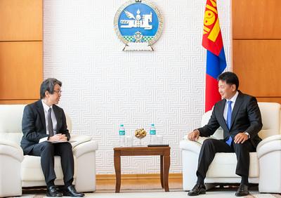 2021 оны наймдугаар сарын 27. Монгол, Японы дипломат харилцааны ойг хамтран тэмдэглэнэ Монгол Улсын Ерөнхийлөгч У.Хүрэлсүх Япон Улсаас Монгол Улсад суугаа Онц бөгөөд бүрэн эрхт Элчин сайд Х.Кобаяшиг хүлээн авч уулзав.  Ерөнхийлөгч У.Хүрэлсүх уулзалтын эхэнд цар тахлын хүнд нөхцөл байдалд Япон Улс, японы ард түмэн Олимпын наадмыг амжилттай зохион байгуулсанд баяр хүргээд, Монгол Улсын баг тамирчдыг Олимпын наадамд оролцоход японы тал дэмжлэг туслалцаа үзүүлж ирсэнд чин сэтгэлийн талархал илэрхийлэв.  Тэрбээр Монгол, Японы харилцаа, хамтын ажиллагаа өргөн хүрээтэй талбарт амжилттай хөгжиж байгааг тэмдэглээд, цаашид  гуравдагч хөрш Япон Улстай Стратегийн түншлэлийн харилцааг улам өргөжүүлж, ард иргэдийн найрамдал нөхөрлөлийг бэхжүүлэн, худалдаа, эдийн засгийн хамтын ажиллагааг бүх талаар нэмэгдүүлэхэд дэмжлэг үзүүлж ажиллахаа илэрхийлэв.  Элчин сайд Х.Кобаяши Олимпын наадамд Монголын баг тамирчид амжилттай оролцож, дөрвөн медаль хүртсэнд баяр хүргээд, нээлтийн ажиллагаанд Монгол Улсаас Ерөнхий сайдын түвшинд ирж оролцсон, мөн энэ үеэр Монгол Улсын Ерөнхий сайд Л.Оюун-Эрдэнэ Япон Улсад айлчилж Ерөнхий сайд Ё.Сүга-тай Монгол, Японы харилцааны асуудлуудаар дэлгэрэнгүй санал солилцсонд баяртай байгаагаа илэрхийлэв.  Ирэх онд Монгол, Японы хооронд дипломат харилцаа тогтоосны 50 жилийн ой тохиохтой холбогдуулан 2022 оныг Монгол, Японы хүүхэд, залуучуудын найрамдал, солилцооны жил болгон зарлах тухай Ерөнхий сайд Ё.Сүга-гийн саналыг талархан хүлээн авч байгаа бөгөөд харилцааны ирээдүйг авч явах залуучуудыг хамарсан олон арга хэмжээ зохион байгуулахын төлөө байгаагаа Ерөнхийлөгч У.Хүрэлсүх онцлон тэмдэглэв. Мөн ойг тохиолдуулан японы талаас дээд, өндөр түвшинд хүндтэй зочдыг хүлээн авч, Монгол, Японы найрамдал, хамтын ажиллагааг бататган бэхжүүлнэ хэмээн найдаж байгаагаа илэрхийлэв.  Мөн Япон Улс КОВИД-19 цар тахлын үед манай улсад вакцины болон эмнэлгийн тоног төхөөрөмжийн нэн чухал дэмжлэг туслалцаа үзүүлж ирсэнд талархал илэрхийлэв. Өнөөг хүртэл Япон Улсын Засгийн газар, ар