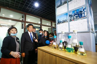 2020 оны наймдугаар сарын 19.  Ерөнхий сайд нефтийн үйлдвэрийн явцтай танилцлаа.  ГЭРЭЛ ЗУРГИЙГ Б.БЯМБА-ОЧИР/MPA