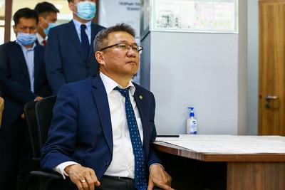 """2020 оны наймдугаар сарын 19. Монгол Улсын Ерөнхий сайд У.Хүрэлсүх 2020 оны 08 дугаар сарын 19-ний өдөр """"Монгол газрын тос боловсруулах үйлдвэр"""" компанид ажиллалаа.  Газрын тос боловсруулах үйлдвэр байгуулах төслийн явц болон компанийн талаар гүйцэтгэх захирал Д.Алтанцэцэг товч мэдээлэл өгөв. Төсөл Үндсэн технологийн 12 байгууламж, Дагалдах байгууламж, Дэд бүтэц, Үйлдвэрийн хотхон зэргээс бүрдэж байна. Үйлдвэрийн бүтээн байгуулалт нь:  -  Технологийн бус барилга, байгууламж, ус дамжуулах хоолой, үйлдвэрийн талбайн дэд бүтцийн ажил  -  Анхдагч процессийн болон дагалдах байгууламжууд  -  Үйлдвэрийн цахилгаан станц  -  Гүн боловсруулалтын лицензтэй технологийн байгууламжууд гэсэн үе шаттай. Технологийн бус барилга, байгууламж, ус дамжуулах хоолой, талбайн дэд бүтцийн ажлын ерөнхий гүйцэтгэгчийг шалгаруулсан бөгөөд ажил хуваарийн дагуу явж байна.  """"Монгол газрын тос боловсруулах үйлдвэр"""" компанийн хувьд 2017 онд байгуулагдсан, 70 гаруй инженер, техникийн ажилтантай, нийт ажиллагсдын 50 гаруй хувь нь гадаадын орнуудад боловсрол эзэмшжээ. Компанийн хамт олонд Ерөнхий сайд У.Хүрэлсүх баяр хүргэж амжилт хүслээ. Тэрээр Засгийн газар эрчим хүч, газрын тос, эрүүл хүнснийхээ хэрэгцээг дотоодоос бүрэн хангаж, улмаар экспортлох зорилт тавьж байгааг хэлээд газрын тос боловсруулах үйлдвэр байгуулах төслийг бүх талаар дэмжихээ илэрхийлэв.    Газрын тос боловсруулах үйлдвэр 2024 онд ашиглалтад орсноор жилд 1,5 сая тонн газрын тос боловсруулна. Ингэснээр жилд 43 мянган тонн шингэрүүлсэн шатдаг хий, 339 мянган тонн автобензин, 824 мянган тонн дизель түлш, 80 мянган тонн онгоцны түлш, 47 мянган тонн зуухны түлш үйлдвэрлэх юм. Жил бүр гадаад улсаас нефтийн бүтээгдэхүүн худалдан авдаг нэг тэрбум ам.доллар Монгол Улсад үлдэнэ. Энэ хэрээр валютын ханш тогтворжих бөгөөд Дотоодын нийт бүтээгдэхүүн 10 гаруй хувиар нэмэгдэж, улс, орон нутгийн төсвийн орлого 150 сая ам.доллараар өсөх юм. Зөвхөн үйлдвэрт 600 ажлын байр бий болж, үйлдвэрийг дагасан жижиг, дунд үйлдвэр хөгжинө гэж Засгийн газрын Хэ"""