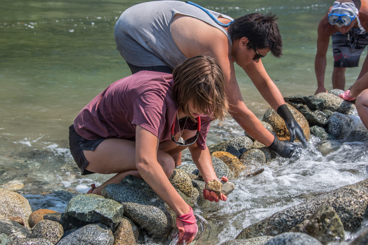 Ríos to Rivers students take part in helping to improve salmon passage at the mouth of Ukonom Creek with the Mid Klamath Watershed Council.  (Ben Lehman - Contributed photo)