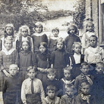 F4593<br /> Wim Stoute (1904) knielt op de tweede rij, de tweede van links (met stropdas); Gé Stoute en Jo Stoute  zitten helemaal vooraan, de eerste en de tweede van links. Foto: ca 1912.