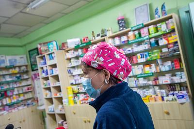 2020 оны арваннэгдүгээр сарын 14. Ерөнхий сайдын чиглэлийн дагуу ЗГХЭГ-ын дарга Л. Оюун-Эрдэнэ, Сангийн сайд Ч.Хүрэлбаатар нар хүнсний хангамж, тээвэрлэлт, захын хорооллын хүнсний дэлгүүрүүд, эмийн сангууд, дотуур байрны оюутнуудын хүнс бусад хангамжийн хүртээмж ямар байгааг харж ажиллаж байна.  Хүчит шонхор зах дээр махны эрэлт, нийлүүлэлт хэвийн байдалд орж байна. Өнгөрсөн өдрүүдэд захуудаар иргэдийн хий нөөцлөлт бий болж...  Учир нь нийслэлчүүд өдөрт 110 тн махны хэрэглээтэй ч 208 тн, 410 тн, өнөөдөр 470 тн мах нийслэлд орон нутгаас нийлүүлсэн ч эрэлт, нөөцлөлт их байжээ. Харин чингэлтэй, 7 буудал орчмын хүнсний 8 нэрийн дэлгүүрүүд хүн орж ирэх нь эрс багасаж, эрэлт буурсан, зах, бөөний төвүүд рүү хүмүүс явсан гэнэ.    ГЭРЭЛ ЗУРГИЙГ Б.БЯМБА-ОЧИР/MPA