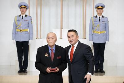 """2021 оны хоёрдугаар сарын 8. Монгол Улсын Үндсэн хуулийн Гучин гуравдугаар зүйлийн 1 дэх хэсгийн 7 дахь заалт, Монгол Улсын Ерөнхийлөгчийн тухай хуулийн 15 дугаар зүйлийн 1 дэх хэсэг, Монгол Улсын Ерөнхийлөгчийн 2006 оны 302 дугаар зарлигаар батлагдсан Монгол Улсын Төрийн шагналын дүрмийг тус тус үндэслэн Монгол Улсын Ерөнхийлөгч Халтмаагийн Баттулга зарлиг гаргаж, эрүүл мэндийн салбарын дөрвөн бүтээлд Төрийн шагнал хүртээлээ.  МОНГОЛ УЛСЫН ЕРӨНХИЙЛӨГЧИЙН ЗАРЛИГААР: """"Элэг шилжүүлэн суулгах эмчилгээг Монгол Улсад нутагшуулсан нь"""" сэдэвт хамтын гарамгай бүтээл туурвин, 2011 оноос хойш анагаахын шинжлэх ухааны орчин үеийн дэвшилтэт нарийн т"""
