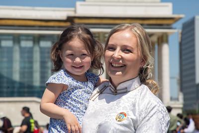"""2021 оны зургадугаар сарын 5. Монгол Улсын хүн амын бодлогыг дэмжих зорилгоор дөрөв болон зургаан хүүхэд төрүүлсэн ээжүүдийг """"Эхийн алдар"""" одонгоор шагнадаг уламжлалтай. Энэ жил улсын хэмжээнд нийт 10,843 ээж """"Эхийн алдар"""" одон авахаар болсон бөгөөд Монгол Улсын Ерөнхийлөгч Х.Баттулга энэ өдрүүдэд дөрөв болон зургаан хүүхэдтэй ээжүүдэд хүндэтгэл үзүүлж, одонг нь гардуулж байгаа билээ.  Өнөөдөр """"Эхийн алдар II"""" одонгоор энгэрээ мялаасан нэгэн ээжийг бид онцолж байна. Ганболд Ольга Сергеевна ОХУ-д төрсөн ч монгол хүнтэй гэр бүл болж, манай улсын иргэн болон дөрвөн хүүхдийн аав, ээж болсноор өнөөдөр ийнхүү Ерөнхийлөгчөөс одонгоо гардан авлаа. Энэ нь Ерөнхийлөгч Х.Баттулгын хувьд Монгол Улсын иргэн болсон гадаад эмэгтэйд """"Эхийн алдар"""" одон гардуулсан анхны тохиолдол ажээ.  Ганболд Ольга Сергеевнатай ярилцлаа.   -Танд алдарт """"Эхийн одон"""" авсанд баяр хүргэе! Монгол хүнтэй гэр болсон гадаад эмэгтэй энэ одонг авсан тохиолдол ховор байх. Энэ тухай анх сонсоод хэрхэн хүлээж авсан бэ?  -Баярлалаа. Би дөрвөн сайхан хүүхэд төрүүлж, тэд нар минь ээжийгээ Алдарт эх болголоо. Бид их баяртай байна. Алдарт эхийн одонгоо зургаадугаар сарын 5-нд авна гэдэг мэдээг сонсоод мэдээж маш их баярласан. Нөхөртэйгөө, хадам ээжтэйгээ гурвуулаа бие биеэ хараад инээлдэж, бөөн л баяр хөөр болсон доо. Тэр өдөр хадам ээж маань манайд ирчихсэн байсан юм.  Эхийн одон гэдэг бол маш ариун, шударга шагнал гэж боддог. Олон сайхан хүүхэд төрүүлж, зөв өсгөн хүмүүжүүлснээр улсаа хүчтэй болгож байна гэсэн үг. Аливаа улсын залгамж үе нь хүүхдүүд шүү дээ, тиймээс ээж хүний ач гавьяаг үнэлсэн сайхан одонгоор энгэрээ гоёсондоо маш их баяртай байна.  -Эх хүн байхын хамгийн сайхан нь юу вэ?  -Хүүхдүүдийнхээ эрүүл энх өсөж байгааг харах, тэд нарыгаа өсөж өндийгөөд дуртай мэргэжлээ эзэмшин хайртай хүнтэйгээ учирч аз жаргалтай амьдрахыг харах, хамгийн гол нь шударга, сайн хүн өсгөж чадсан бол тэр нь эх хүний жаргал гэж бодож байна.  -Монголд ирээд хэдэн жил болж байгаа вэ. Танд энд амьдрахад хамгийн сайхан санагддаг зү"""