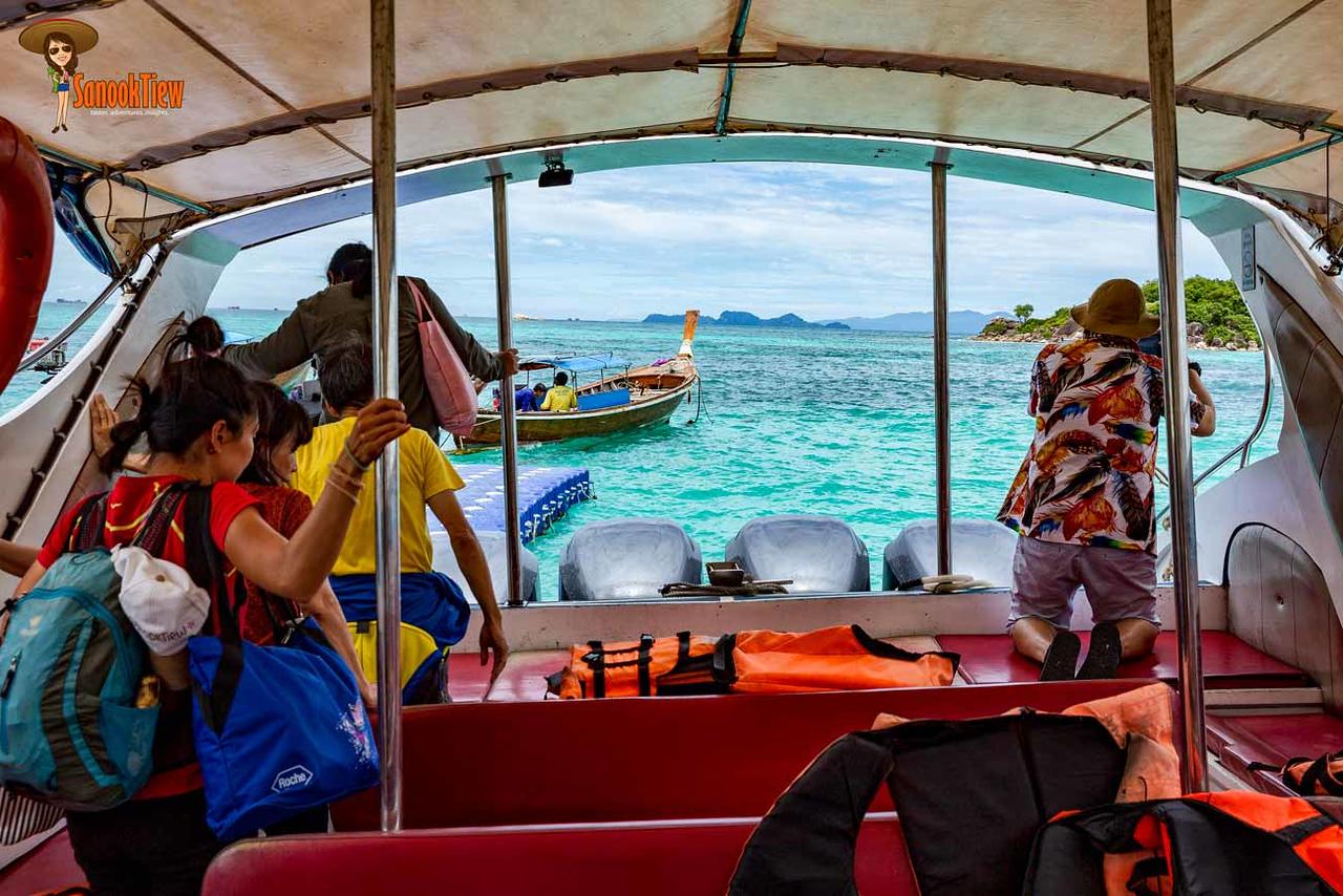 การเดินทางไป เกาะหลีเป๊ะ นี่ขนาดยังไม่ทันถึงเกาะ เห็นน้ำสีสวยระยิบระยับแบบนี้ มันก็อิ่มใจตั้งแต่เริ่มทริปเลยนะคะ